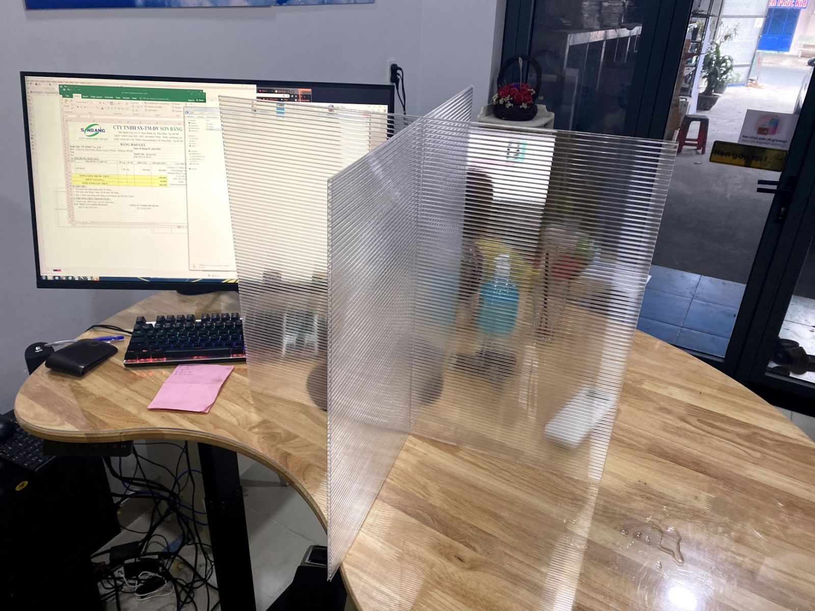 Vách ngăn bàn ăn bằng tấm nhựa polycarbonate rỗng mẫu số 2