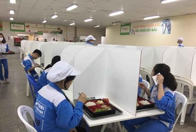 vách ngăn bàn ăn bằng tấm nhựa pvc